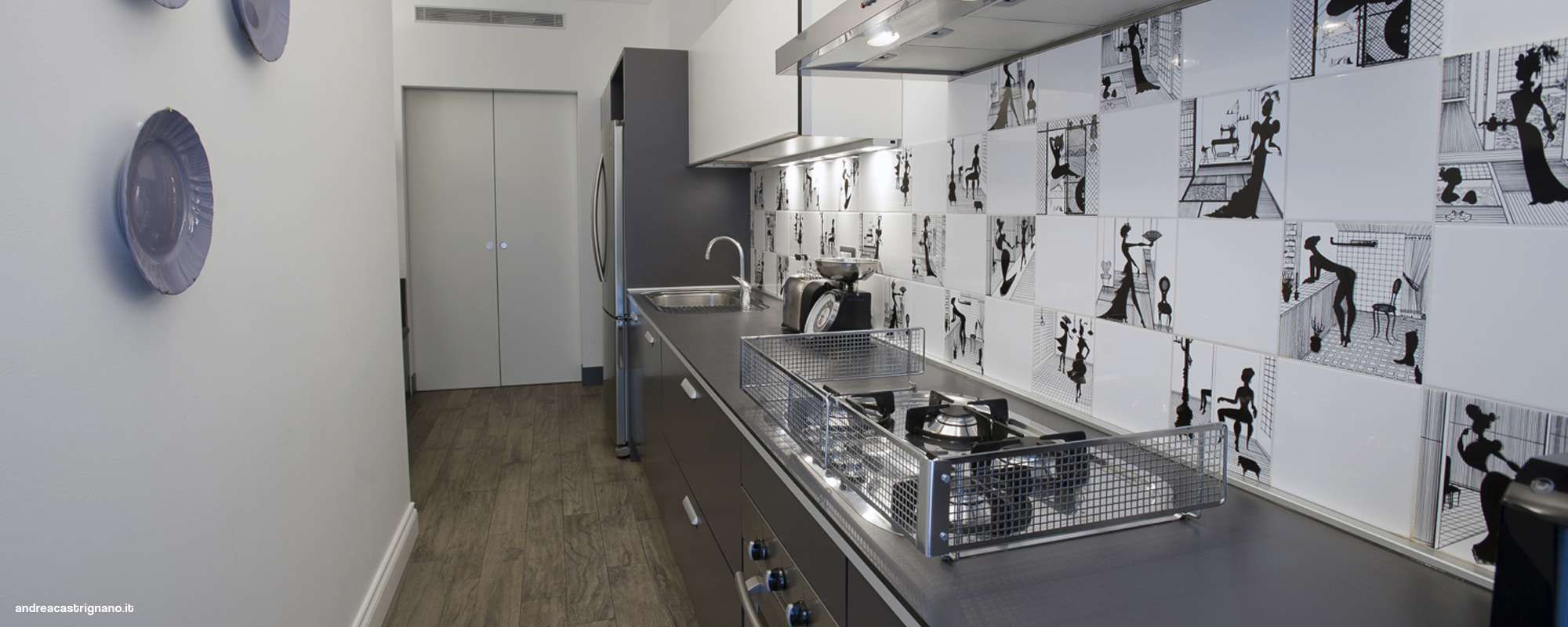 Specchiera moderna camera da letto - Piastrelle nere per bagno ...